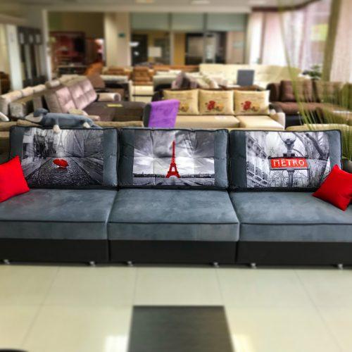 темно-серый диван с принтом париж